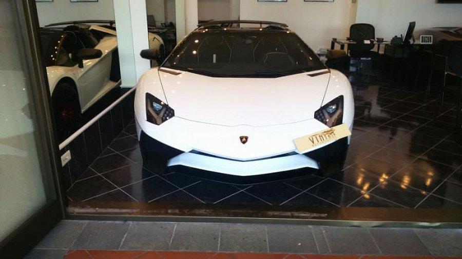 lamborghini aventador lp750 4 sv roadster cabriolet blanc occasion 599 000 70 km vente. Black Bedroom Furniture Sets. Home Design Ideas